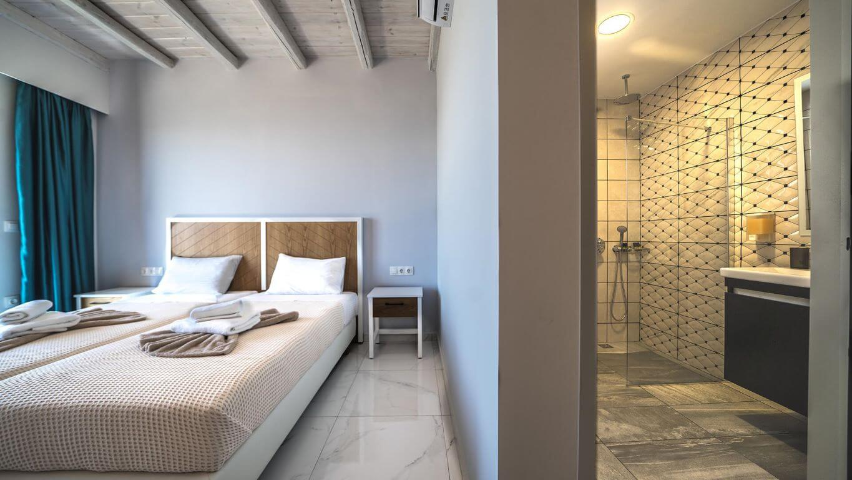 Villa Ariti bedroom & bathroom 2 - Villa Ariti Υπνοδωμάτιο & μπάνιο 2